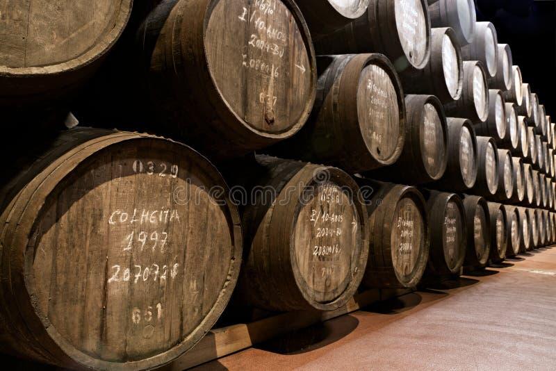 Età del vino di porta in barilotti in cantina immagini stock