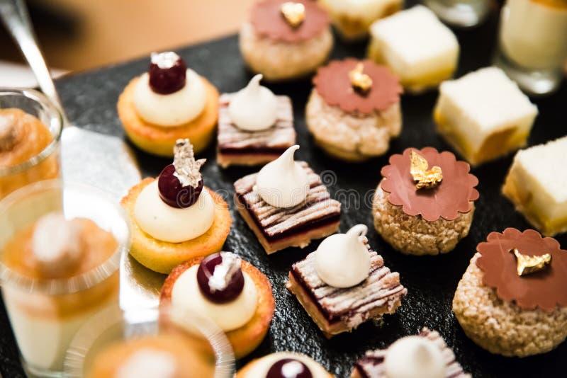 Or et argent déjoués épousant des desserts et des mousses images stock