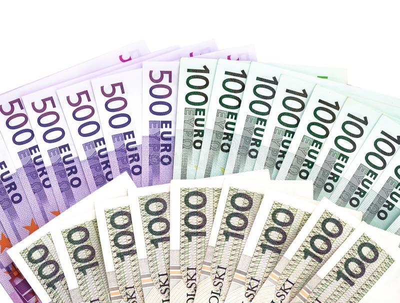 500 et 100 billets de banque d'euros et 100 billets de banque polonais de zloty sur le fond blanc image stock