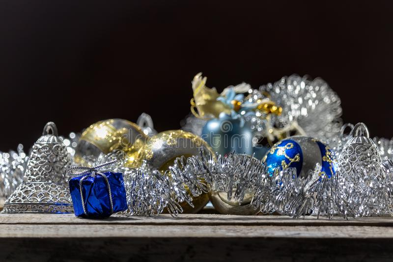 Or et boule bleue de Noël avec le cadeau bleu sur le fond noir photographie stock libre de droits