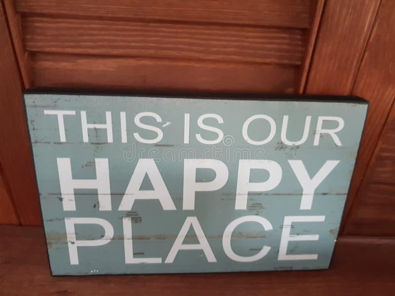 et x22 ; C'est notre place& heureux x22 ; signe photos libres de droits