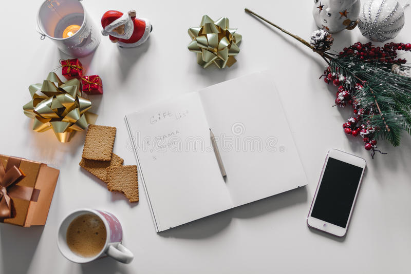 et x22 ; Cadeau List& x22 ; écrit avec une main sur le carnet avec des décorations de nouvelles années photo stock