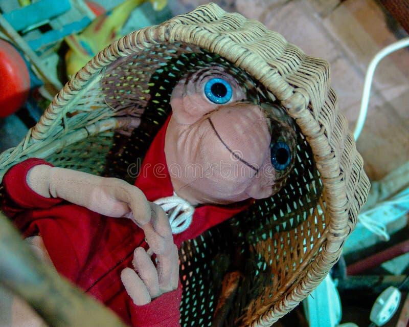 ET faszerująca zabawka od 80's filmu, kłaść w słomiany ściąga obraz royalty free
