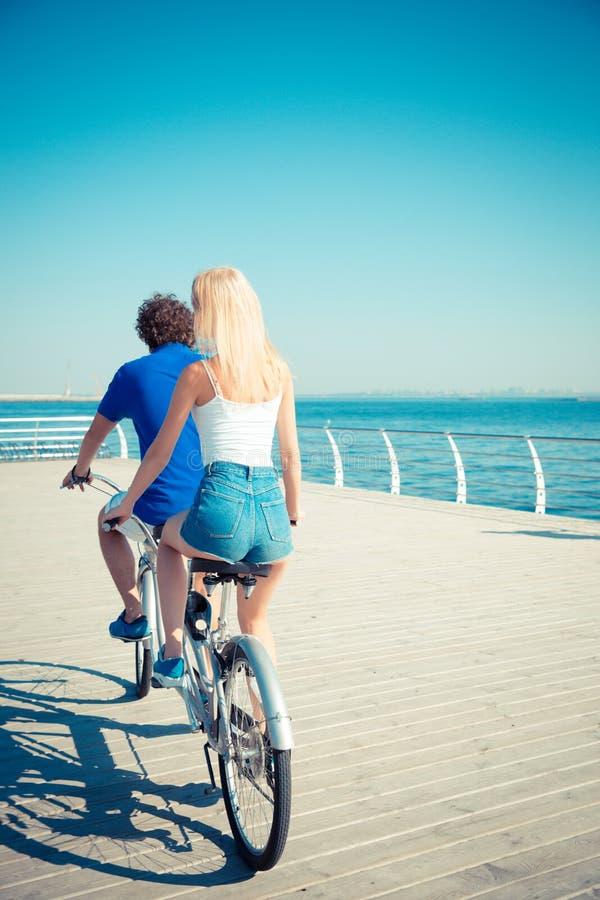 ? et femme montant en tandem la bicyclette photographie stock