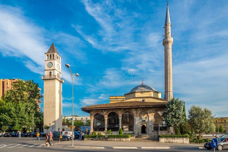 Et'hem Bey Mosque e torre de pulso de disparo de Tirana imagem de stock