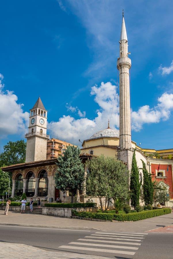Et'hem Bey Mosque e torre de pulso de disparo de Tirana fotos de stock