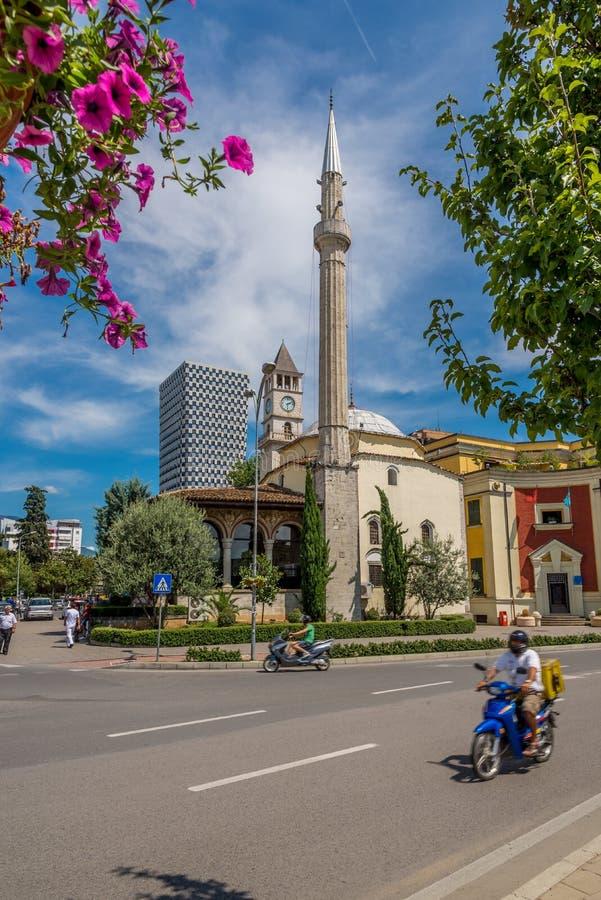 Et'hem Bey Mosque e torre de pulso de disparo de Tirana foto de stock