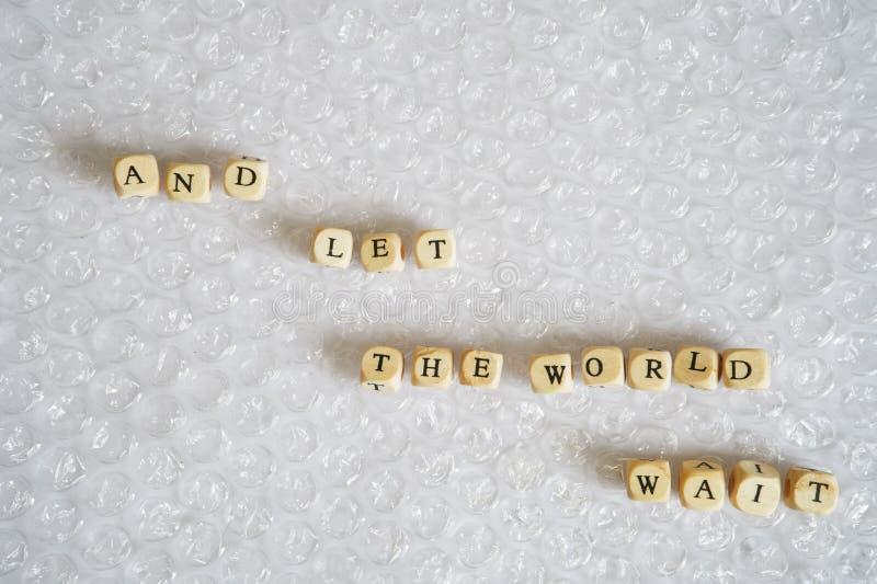 Et laissez l'attente du monde - une inscription sur l'enveloppe de bulle Obtenant la paix de l'esprit en sautant des bulles sur l images stock
