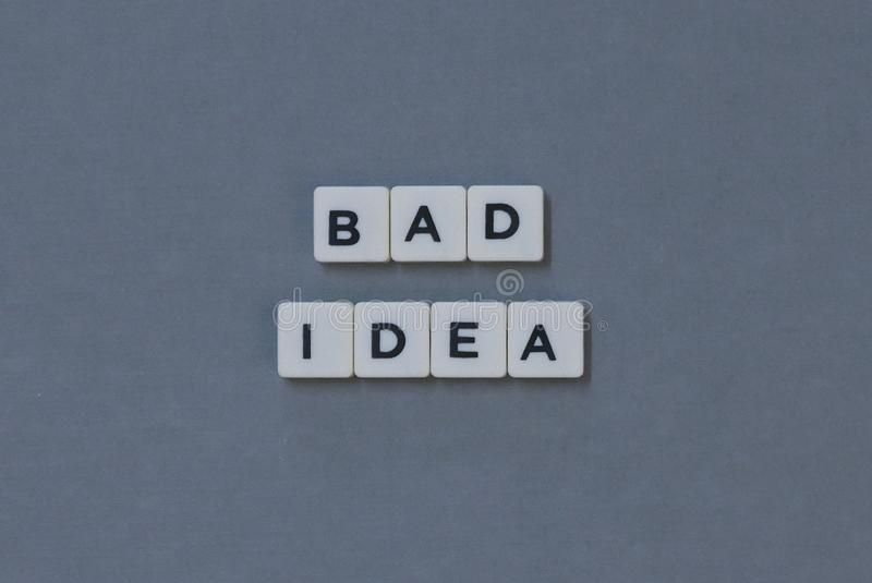 et x27 ; Mauvaise idée et x27 ; mot fait en mot carré de lettre sur le fond gris photos libres de droits