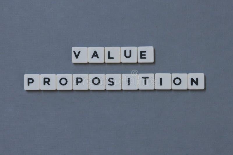 et x27 ; Proposition de valeur et x27 ; mot fait en mot carré de lettre sur le fond gris photos stock