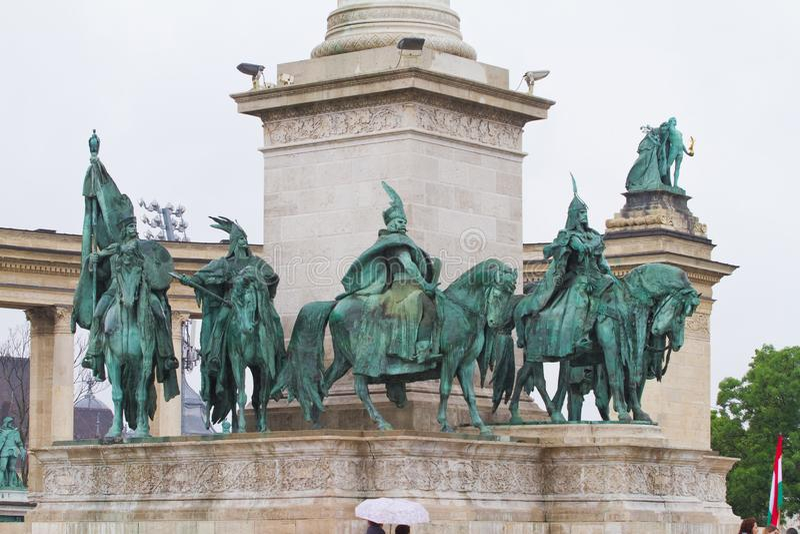 Etail av milleniummonumentet till sju hövdingar av ungerskan, rätsidasikt, regnig vårdag, Budapest royaltyfri fotografi