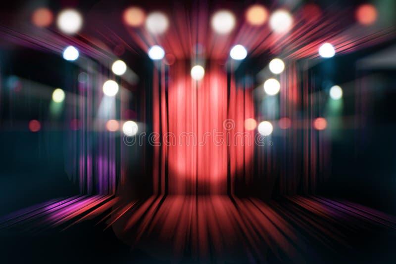 Etapa borrosa del teatro con las cortinas y los proyectores rojos foto de archivo libre de regalías