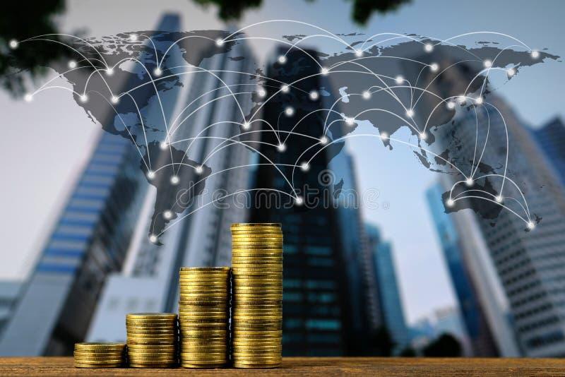 Etapa da pilha da moeda na tabela de funcionamento de madeira superior com backgro da cidade foto de stock royalty free