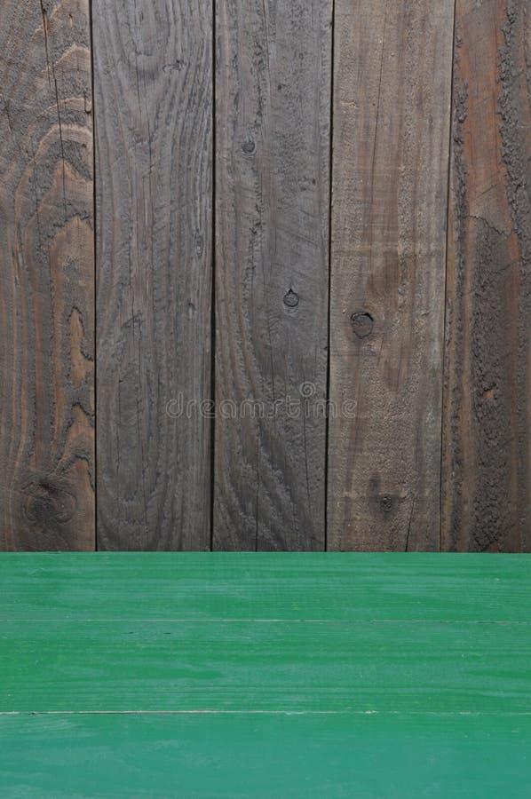 Etapa de madera del sitio con el piso verde imagenes de archivo