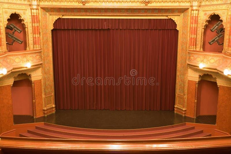 Etapa del cine con las cortinas rojas fotografía de archivo