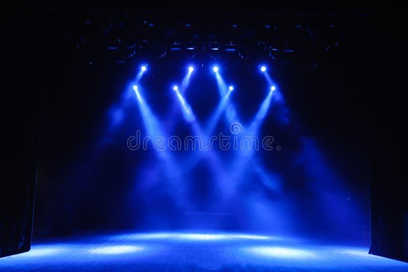 Etapa libre con las luces, fondo de la etapa vacía, proyector, luz de neón, humo imagen de archivo