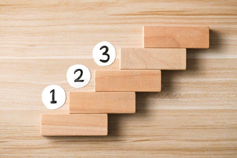 Etapa passo a passo 1 do conceito, etapa 2, etapa 3 - a escada ao sucesso imagens de stock