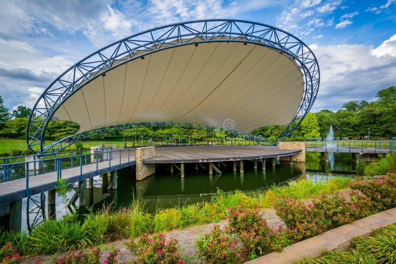 Etapa sobre un lago, en el parque de la sinfonía en Charlotte, Carolina del Norte imagen de archivo libre de regalías