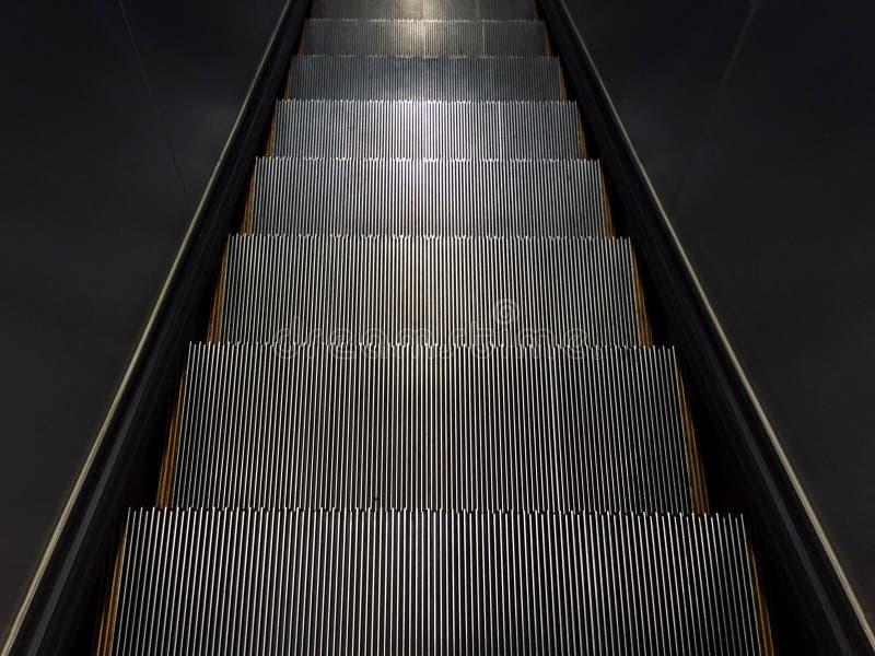 Etapa vazia da escada rolante que vai para baixo imagem de stock