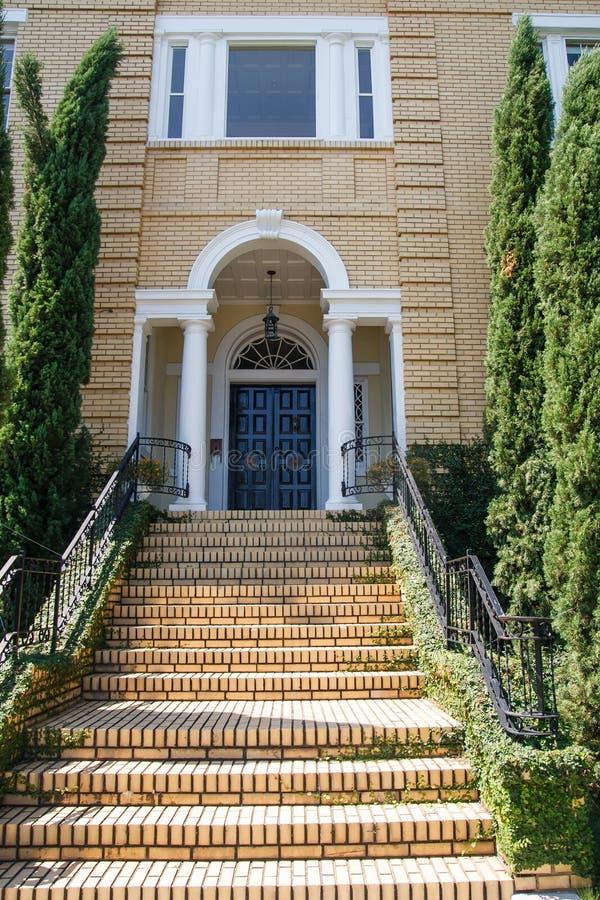 Etapas amarelas e casa do tijolo foto de stock royalty free