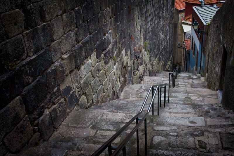 Etapas ao longo da parede de pedra medieval foto de stock