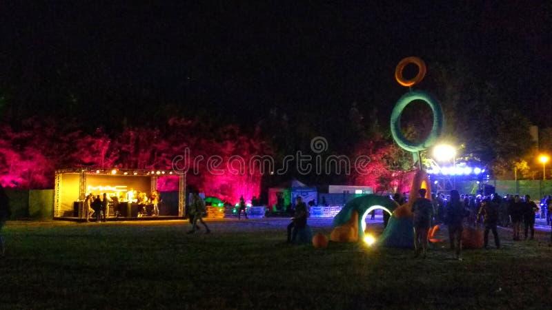 Etapas coloridas y demostración ligera en un festival de música electrónica en Madrid foto de archivo