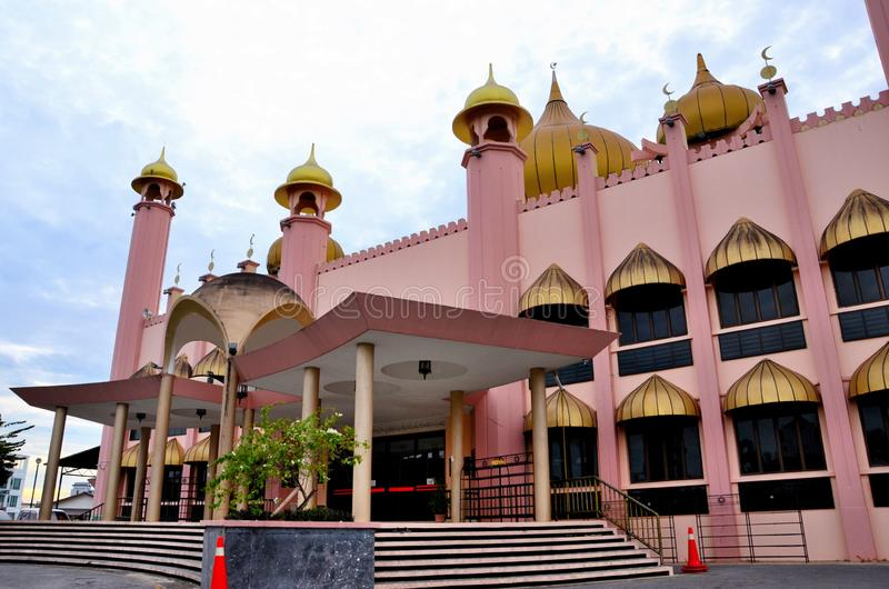 Etapas da entrada à mesquita velha aka Masjid Lama Pink Mosque Kuching East Malásia do estado de Sarawak foto de stock