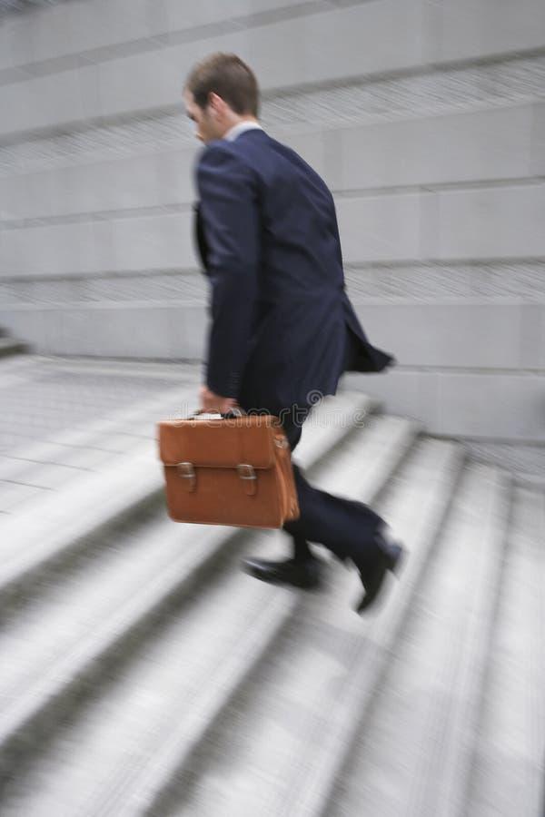 Etapas de With Briefcase Ascending do homem de negócios imagens de stock royalty free