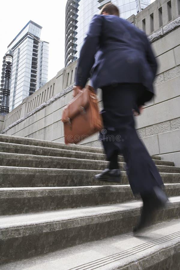 Etapas de With Briefcase Ascending do homem de negócios fotos de stock