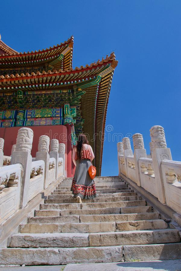 Etapas de escalada do turista moreno caucasiano da senhora da construção chinesa tradicional fotos de stock