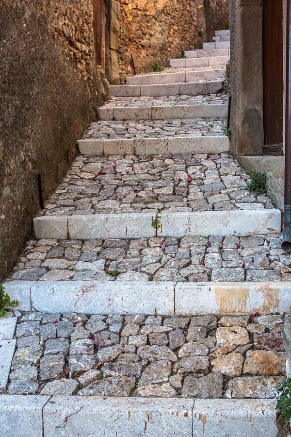 Etapas de pedra à casa rústica na cidade velha foto de stock royalty free