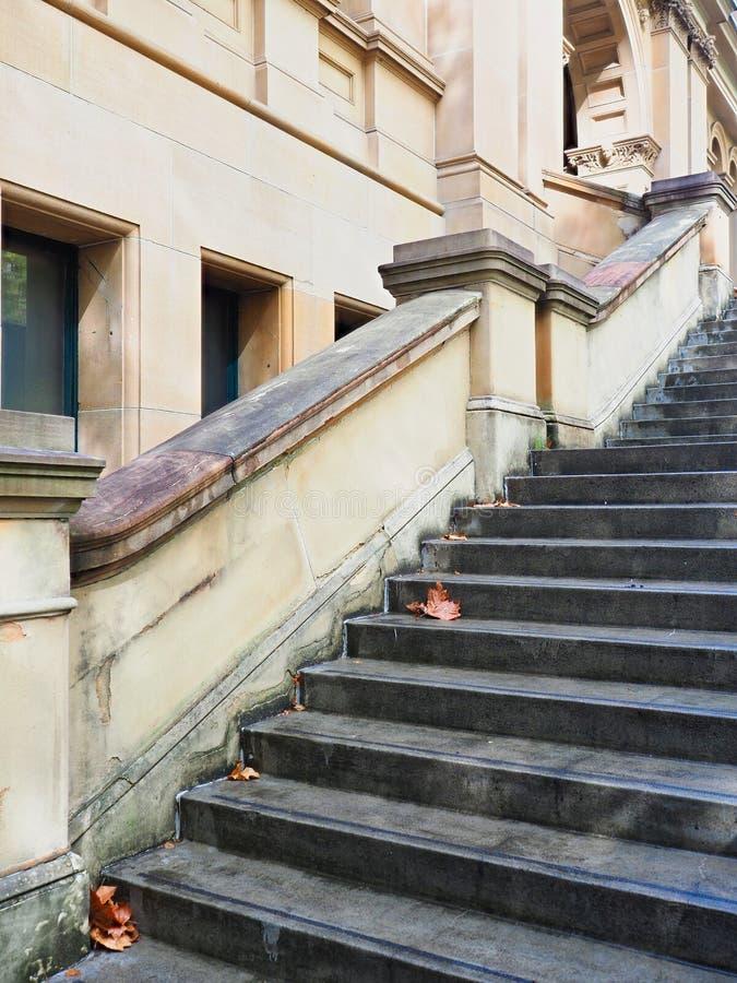 Etapas do basalto na construção velha do arenito de Sydney, Austrália fotografia de stock