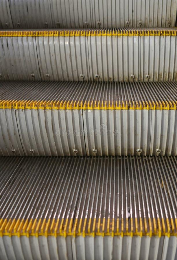Etapas do metal de uma escada rolante imagem de stock