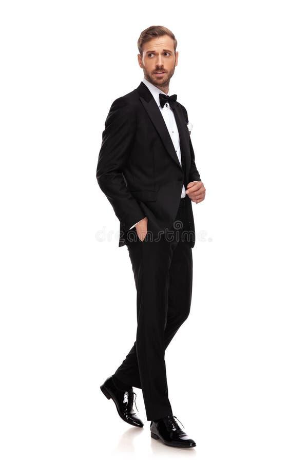 Etapas elegantes do homem de negócios a tomar partido da mão em uns bolsos fotos de stock