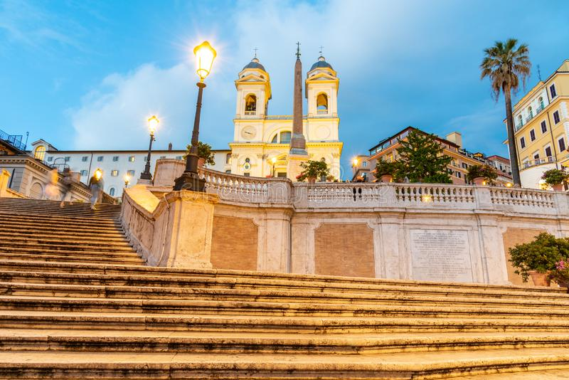 Etapas espanholas, italianas: Dei Monti de Scalinata di Trinita, na noite em Roma, Itália fotos de stock royalty free