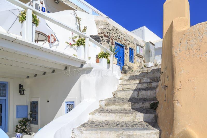 Etapas na vila de Oia perto da área do castillo na ilha de Santorini fotografia de stock royalty free