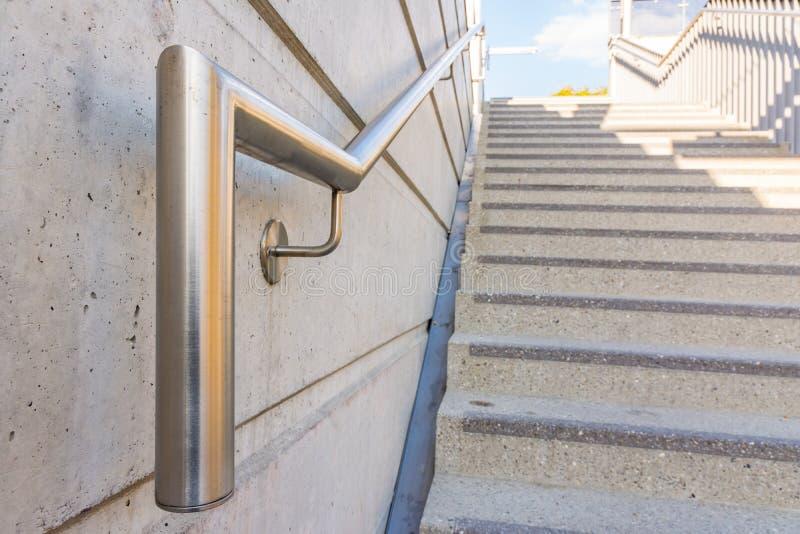 Etapas públicas da segurança da escadaria do corrimão do aço de Chrome do metal imagens de stock royalty free