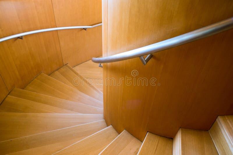 Etapas que ascensão uma escadaria espiral folheada de madeira foto de stock royalty free