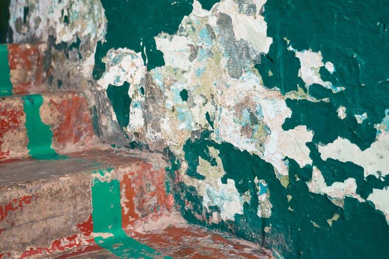 Etapas velhas e uma parede com pintura rachada imagens de stock royalty free