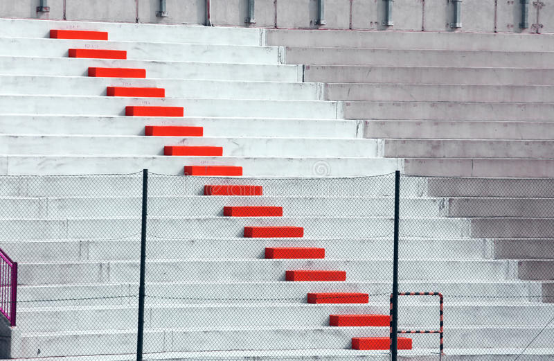 Etapas vermelhas na bancada do estádio de futebol imagens de stock royalty free