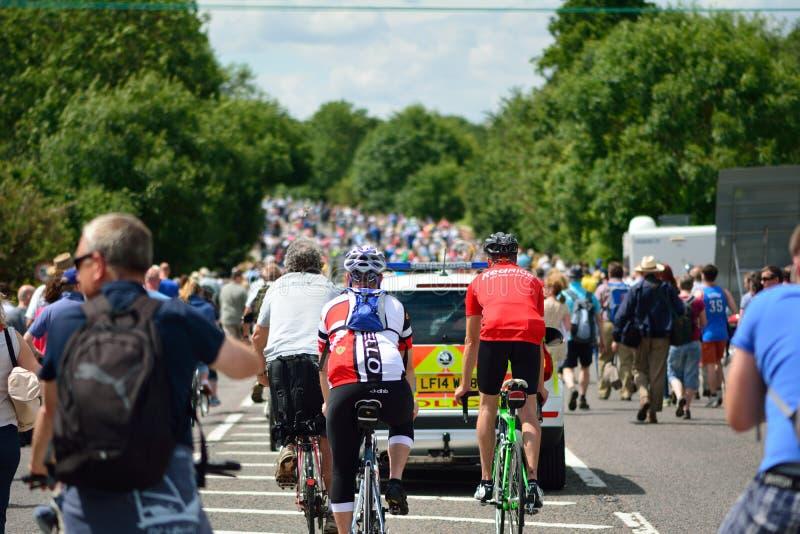 Etapp 3 för Tour de France 2014 (Cambridge till London) med polisbilen och åskådare efter peloton royaltyfria bilder