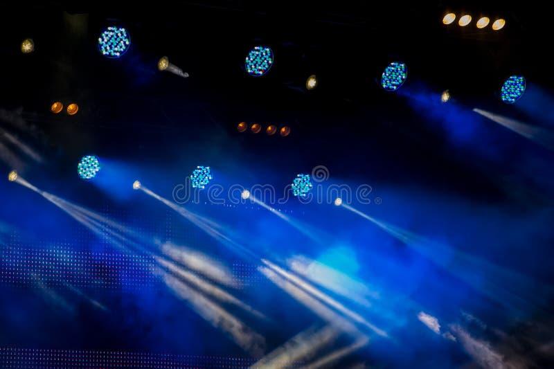 Etappbelysning under en show på en mörk bakgrund under en konsert royaltyfri bild