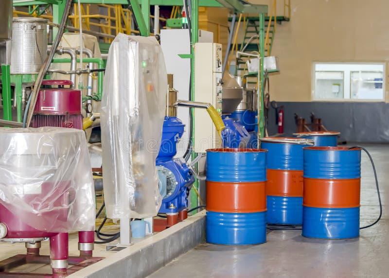 Etappen av produktion av orange olja på konservfabriken av Cypern Modern utrustning för tillverkningen av oljor för export royaltyfria bilder