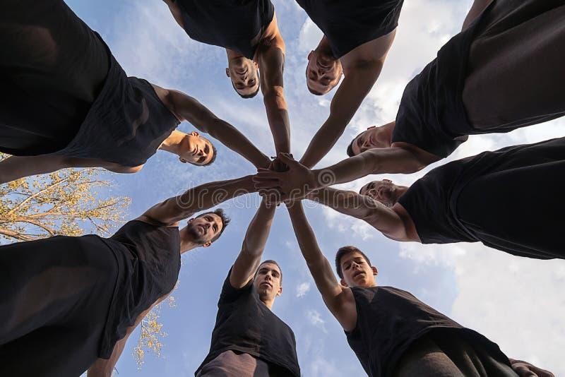 Etapper av lagliv Teamwork som staplar handbegrepp synergy arkivbilder