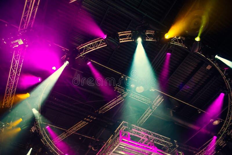 Etappljus på konsert Belysningsutrustning med mång--färgade strålar Botten beskådar Selektivt fokusera kopiera avstånd royaltyfria bilder