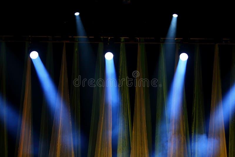 Etappstrålkastare som används för konserter och olika sceniska kapaciteter, arkivfoton