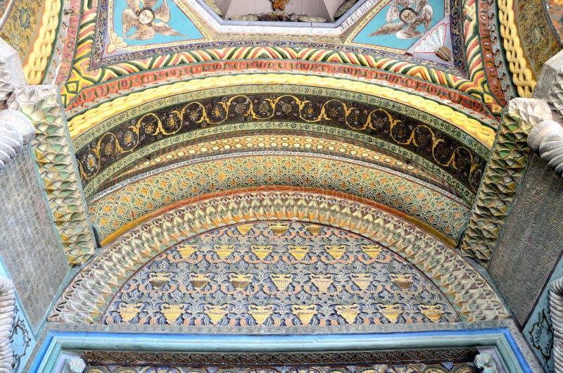 Etchmiadzin Armenien, September, 16, 2014 Armenisk plats: Inget, a-fragment av garnering av ingången till domkyrkan Etchm arkivfoto