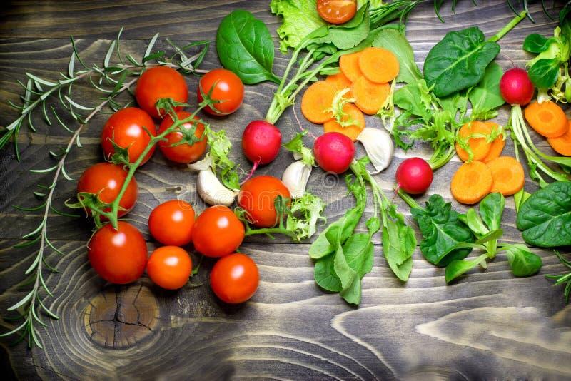 Etend gezond voedsel - organische groenten (gezonde voeding die - eten) stock afbeeldingen