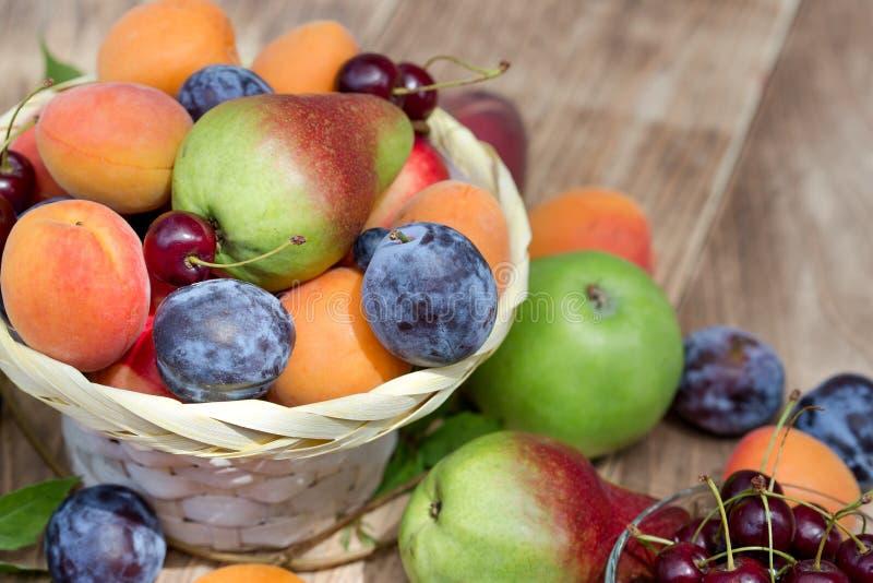 Etend gezond voedsel - verse organische vruchten in rieten mand royalty-vrije stock afbeeldingen