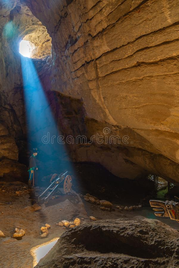 Eterans пещера расположена на левом береге Дунай в стене массива известняка вызвало конематку Ciucarul стоковые изображения rf